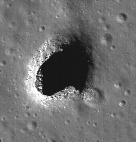 Отверстие в море Мечты достигает в диаметре почти 130 метров, то есть оно вдвое больше собрата с Холмов Мариуса. Валуны, видные в освещённой части провала, вероятно, попали туда с поверхности в момент обрушения свода пещеры (фото NASA/Goddard/Arizona State University).